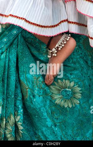 Indische Babys nackten Fuß gegen Mütter grünen geblümten Sari. Andhra Pradesh, Indien - Stockfoto