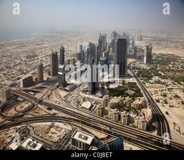 Blick in Richtung Sheikh Bin Zayed Road vom Burj Khalifa, der weltweit größte von Menschenhand errichtete Bauwerk - Stockfoto