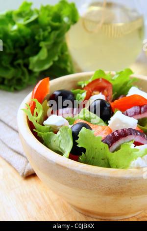 Griechisch-mediterranen Salat mit Feta-Käse, Oliven und Paprika - Stockfoto