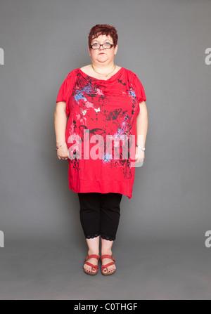 übergewichtige Frau stehend - Stockfoto