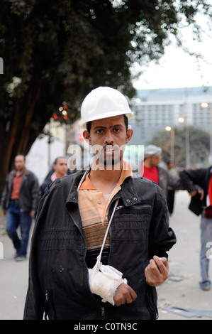 Eine verletzte Anti-Mubarak-Demonstranten bereit zu kämpfen brach wieder mit Steinen nach Zusammenstößen auf dem - Stockfoto