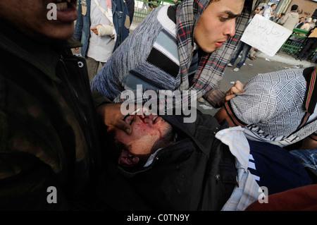 Ein Pro-Demokratie-Demonstrant Verletzte bei Zusammenstößen auf dem Tahrir-Platz am 2. Februar 2011 in Kairo, Ägypten - Stockfoto