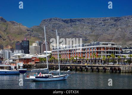 Yacht im Hafen von V & A Waterfront mit Tafelberg über. Kapstadt, Western Cape, Südafrika. - Stockfoto
