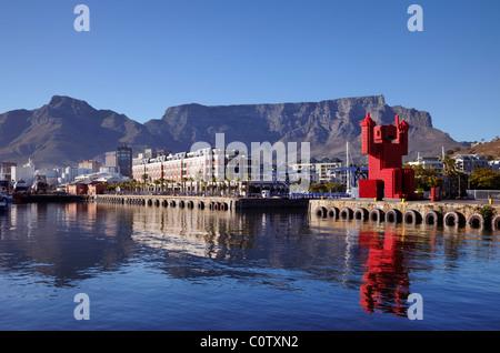Der Coca Cola Kiste-Mann (4200 Kisten) auf die V & A Waterfront mit Tafelberg über. Kapstadt, Western Cape, Südafrika - Stockfoto