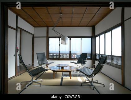 Eames Office Lounge Sessel · Zeitgenössische Tatami Zimmer In Einem  Japanischen Wohnzimmer Mit C. Eames Office Lounge Sessel   Stockfoto
