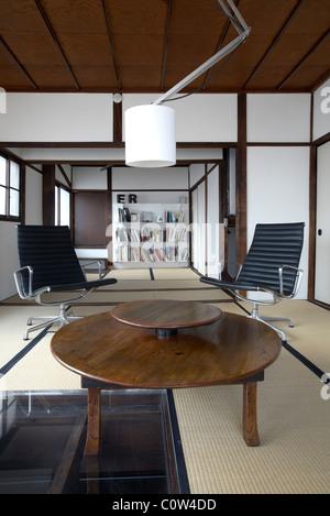 Elegant Eames Office Lounge Sessel · Zeitgenössische Tatami Zimmer In Einem  Japanischen Wohnzimmer Mit C. Eames Office Lounge Sessel   Stockfoto