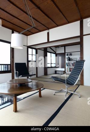 ... Zeitgenössische Tatami Zimmer In Einem Japanischen Wohnzimmer Mit C.  Eames Office Lounge Sessel   Stockfoto