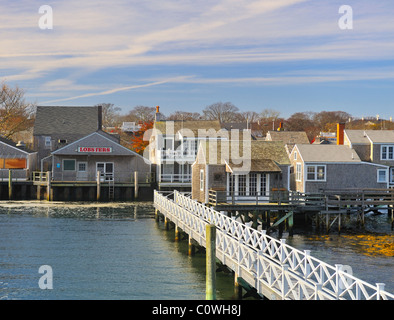 Weitwinkel-Blick auf die Insel von der Fähre, die Ankunft im Hafen von Nantucket in den Herbst, Nantucket, Massachusetts, - Stockfoto