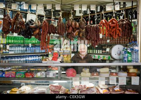 Anbieter auf Bolhão-Markt, Verkauf Fleisch Wurst, Käse, port Wein etc., Porto, Portugal - Stockfoto