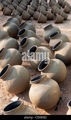 Handgemachte indische Wasser Töpfe trocknen in der Sonne vor dem Brand. Andhra Pradesh, Indien - Stockfoto