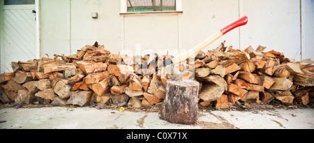 Große Panorama-Axt und Holzstapel Stockfoto