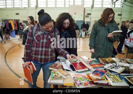 Sparsame Käufer an einer Haltestelle des kostenlosen ' n ' Swap-Veranstaltung im Stadtteil Fort Greene von Brooklyn - Stockfoto