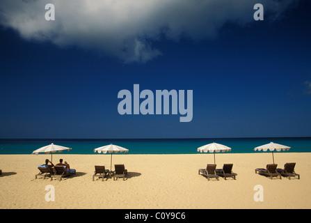 Chaises Liegestühle und Sonnenschirme am Strand in Phuket Süd-Thailand - Stockfoto