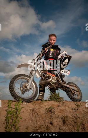 Ein sechs Jahre alter Junge mit seinem Motocross-bike - Stockfoto