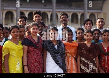 Indische Gruppe vor Maharaja Mysore Palast Amba Vilas, Karnataka, Süd Indien, Indien, Südasien, Asien - Stockfoto