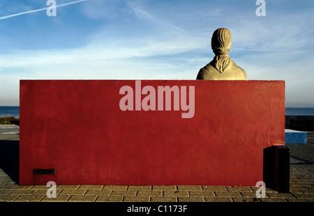 Weibliche Statue Aus Stein Sitzt Auf Einer Steinbank Rot Lackierten,  Rückansicht, Denkmal Für Den