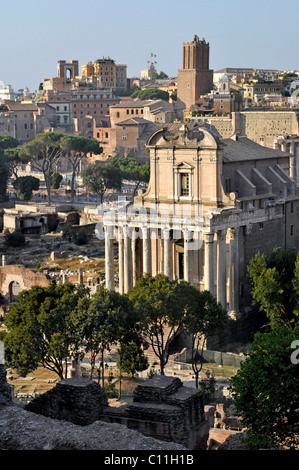 Tempel des Antoninus und der Faustina oder der Kirche von San Lorenzo in Miranda, Torre Delle Milizie Turm, Forum - Stockfoto