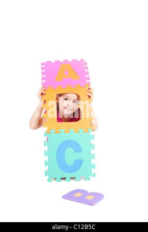 Junge Mädchen spielen ABC Alphabet Buchstaben. Isoliert auf weiss.