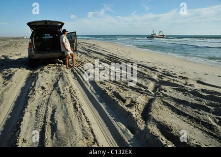 Szene von Auto 4wd mit Touristen auf der Suche im Schiffswrack am Strand zwischen Swakopmund und Henties Bay Namibia - Stockfoto