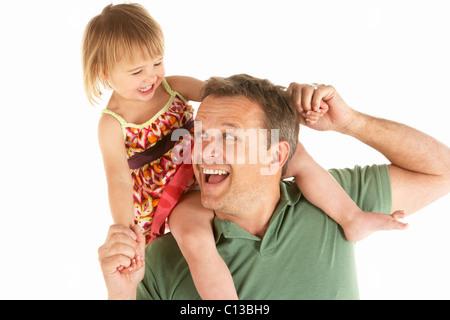 Junger Mann trägt Kind auf Schultern - Stockfoto