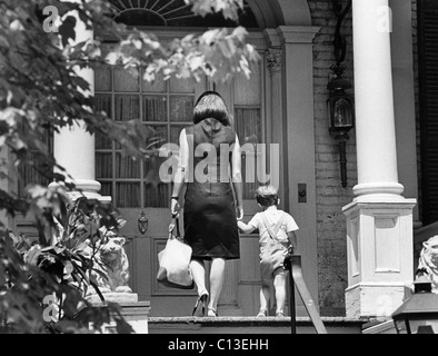 Jacqueline Kennedy und John, zu Fuß die vorderen Schritte des Hauses - Stockfoto