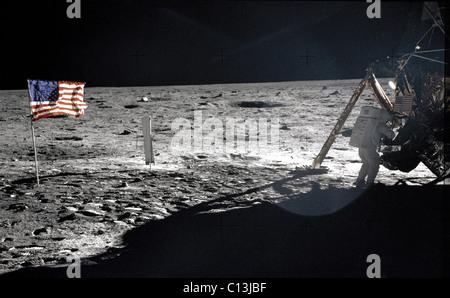 NEIL ARMSTRONG, stehend auf dem Mond, bei den Fahnen, Juli 1969. (c) NASA. Höflichkeit: Everett Collection.