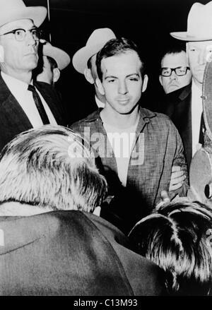 Lee Harvey Oswald begleitet von Beamten bei der Polizei von Dallas Texas Hauptsitz kurz nach seiner Verhaftung wegen - Stockfoto