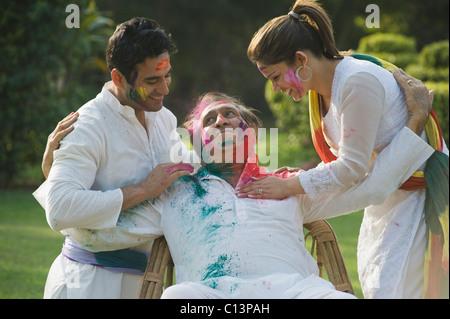 Familie feiern Holi - Stockfoto