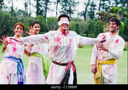 Freunde feiern Holi - Stockfoto
