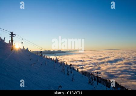 USA, Montana, Felchen, Skilift am Berg über den Wolken - Stockfoto