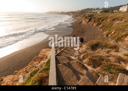 Promenade entlang der Strand Klippen mit Blick auf Pazifischen Ozean am Moonstone Beach in Cambria, Kalifornien. - Stockfoto