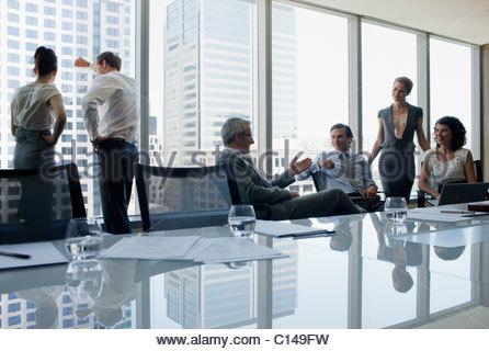 Geschäftsleute, die gemeinsam im Konferenzraum - Stockfoto
