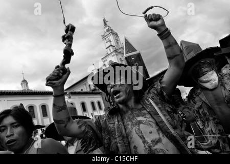 Indianer, militärische Tarnung tragen Tanz wütend während der Inti Raymi (San Juan) Festlichkeiten in Cotacachi, - Stockfoto