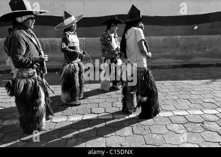 Indianer, tragen Karton Hüte und Ziegenleder Chaps, führen während der Inti Raymi (San Juan) Festlichkeiten in Cotacachi, - Stockfoto