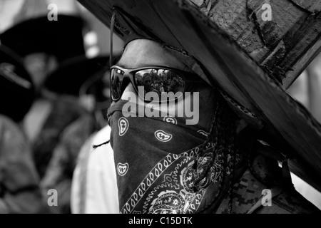 Ein Inder, mit einem Karton Hut und schwarze Brillen, durchführt während das Inti Raymi fest in Cotacachi, Ecuador. - Stockfoto