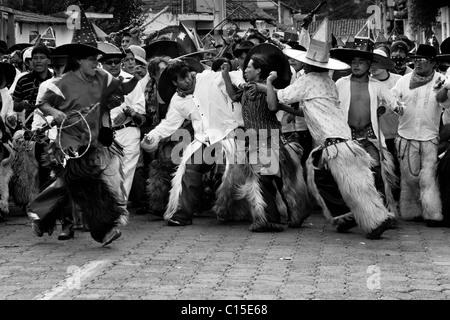 Indianer, tragen Ziegenleder Burschen, kämpfen wütend während der Inti Raymi (San Juan) Festlichkeiten in Cotacachi, - Stockfoto