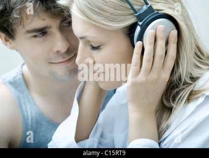 Junges Paar hören Musik Kopfhörer - Stockfoto