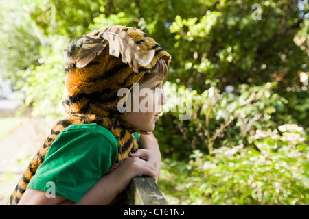 Junge, verkleidete sich als tiger - Stockfoto