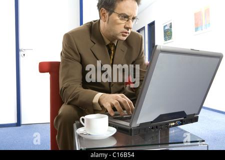 An einem Computer arbeiten - Stockfoto