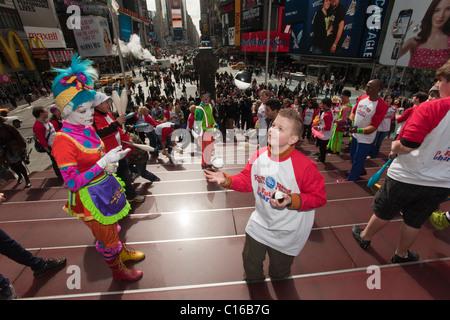 """Clowns und andere Arbeiter aus dem Ringling Bros. Barnum & Bailey Zirkus jonglieren am Times Square als einen """"Flashmob"""" - Stockfoto"""