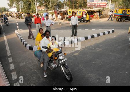Verkehr, eine ganze Familie auf einem Motorrad, Delhi, Nord-Indien, Asien - Stockfoto