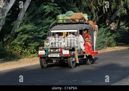 Großfamilie in einem Auto, in der Nähe von Pushkar, Rajasthan, Nordindien, Asien - Stockfoto