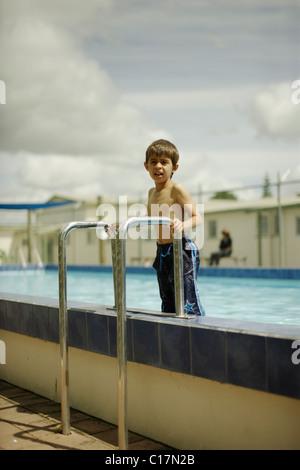 Sechsjährige steht alten Jungen auf Schritte, als er aus dem Pool bekommt.