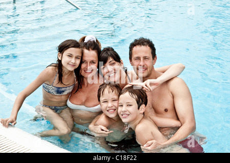 Familienportrait im pool - Stockfoto