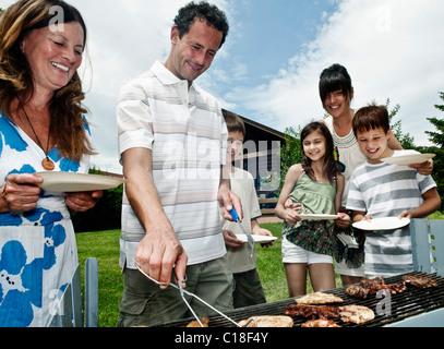 Familie Warteschlangen für den Grill - Stockfoto