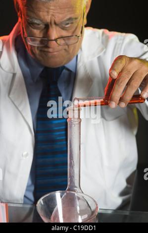 Wissenschaftler machen wissenschaftliche Experiment in einem Labor - Stockfoto