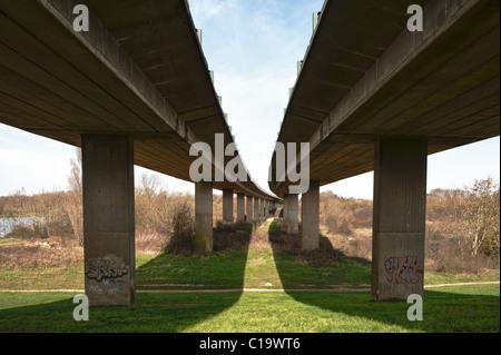 unter konkreten Autobahn Autobahn Autobahn zweispurigen Weg Straße Autobahnbrücke auf Säulen - Stockfoto