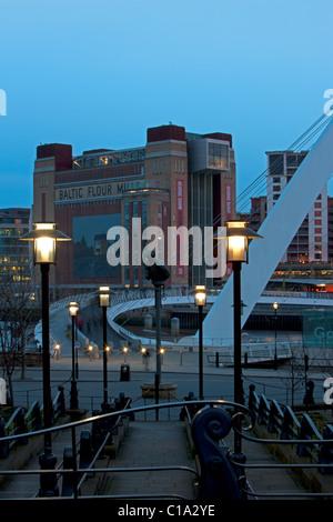 Eine Dämmerung Ansicht des BALTIC Centre for Contemporary Arts auf Newcastle Gateshead Kai und Gateshead Millennium Bridge
