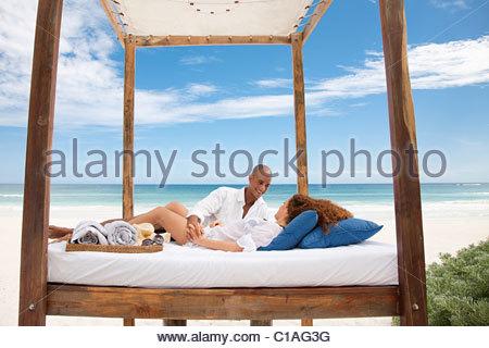 Paar Am Bett Am Strand Im Urlaub Stockfoto Bild 35267366 Alamy