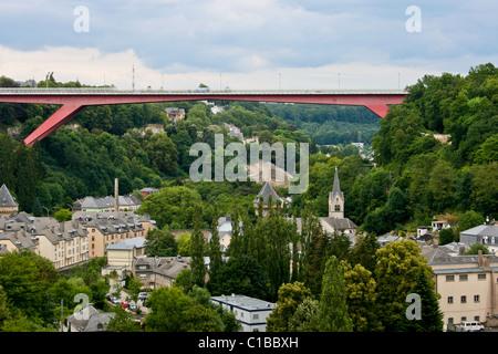 Blick auf die Stadt Luxemburg mit einem Teil der alten Stadt und neue Großherzogin Charlotte Brücke - Stockfoto